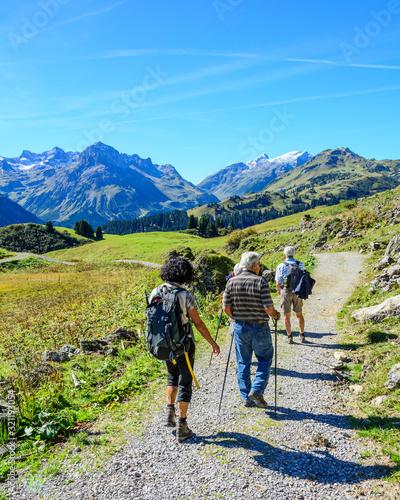 Fotografia Senioren wandern im herbstlichen Hochgebirge