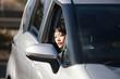 バックで駐車する女性