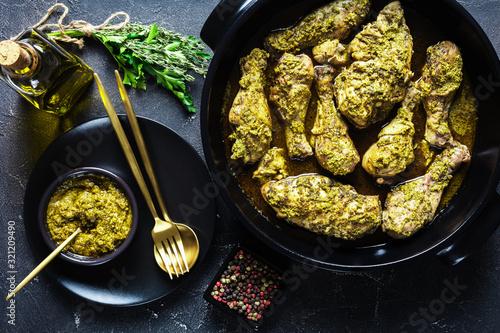 Obraz na plátne close-up of Pesto Chicken in a black dish