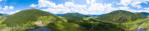 Photo Aerial panoramic banner view of landscape with mountains, green trees, field, ro