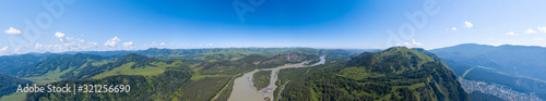 Photo Aerial banner panoramic wide view of planet earth with nature and picturesque landscape in Altai mountain with green trees on a summer day and blue sky