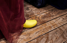 Braut In Einem Weinroten Kleid Zeigt Ihre Gelben Gummistiefel Auf Der Hochzeitsfeier