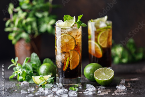 Obraz na płótnie Cuba Libre with brown rum, cola, mint and lime