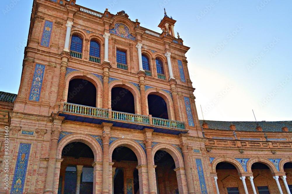 Fototapeta dettagli architettonici in stile neo-moresco del palazzo in Plaza de España a Siviglia in Spagna. La piazza è uno dei luoghi più famosi e turistici della città per la sua affascinante bellezza