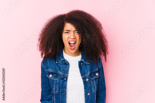 Valokuva Young african american woman screaming very angry and aggressive.