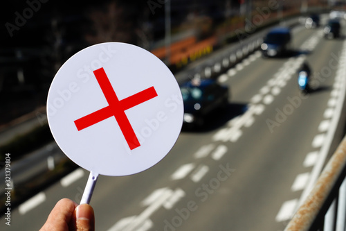 赤いバツと交通道路