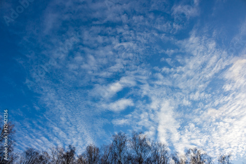 Photo Altostratus clouds on a blue sky