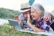 canvas print picture - Senioren Paar im Zelt beim Videochat