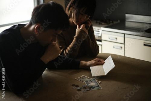 Fotomural 通帳を見て悩む夫婦