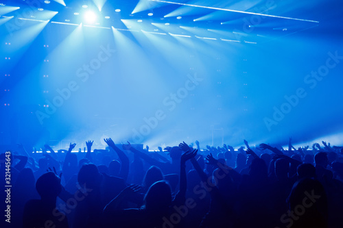 Photo Happy people enjoying rock concert, raised up hands and clapping of pleasure
