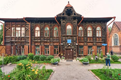 Fototapeta Old wooden russian house in Krasnoyarsk city obraz