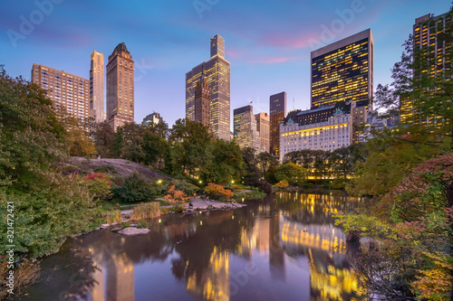 Slika na platnu Beautiful foliage colors of New York Central Park at sunset