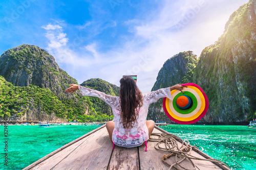 Foto Happy traveler woman in beach wear joy fun on boat, Maya bay Phi Phi island Krab