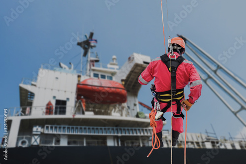 Photo Safety man worker Abseiling, rope access sprinkle from structure steel with safe