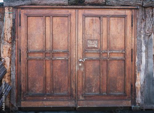 Foto wooden door or wood gate with closed doors