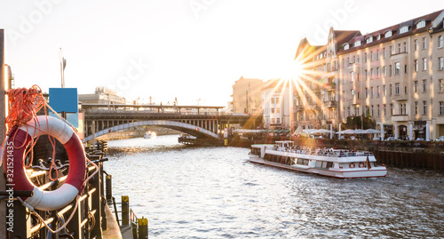 Foto Sunset in Berlin - Panoramic angle of Friedrichstrasse railway station and bridg
