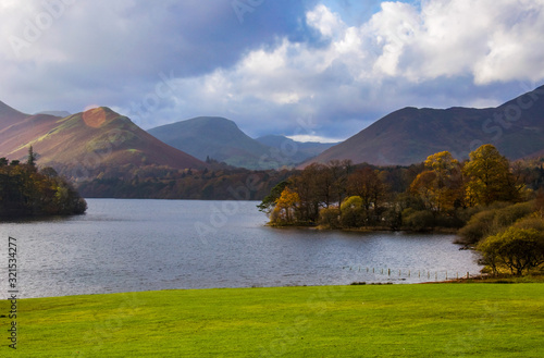 Landscape shot of Derwent Water, Keswick, UK during an autumn day with a cloudy Fototapet