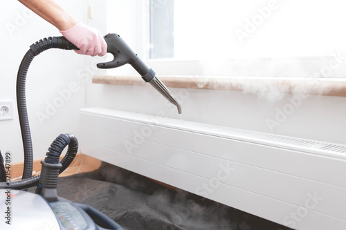 Photo Employee cleaning service processes steam heating radiator