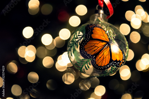 Esfera navideña mexicana de mariposa monarca. Wallpaper Mural