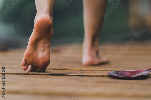 Photo barefoot girl with walking on the bridge wood with blur background outdoor natur