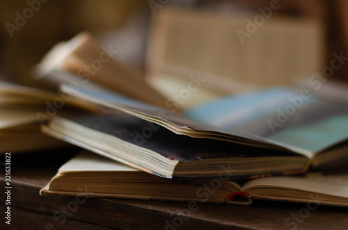 Photo Close-up of two open books on a desk