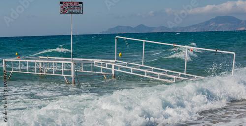 Defekte Badestelle mit Wellen überspült bei Sturm im Mittelmeer, auf Kos Grieche Fototapet