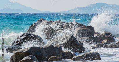 Fotografie, Tablou Wellen bei Sturm im Mittelmeer, die auf Wellenbrecher schlagen auf Kos Griechenl