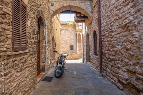 Strade di Assisi, Perugia, Italia, in una soleggiata giornata estiva Canvas Print