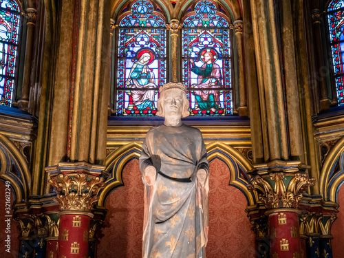 Fotomural Sainte-Chapelle Cathedral Statue of Louis IX in Paris France part of a later adm