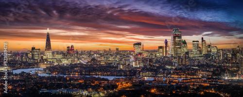 Weites Panorama der beleuchteten Skyline von London am Abend mit den Wolkenkratz Wallpaper Mural