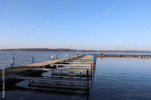 Obraz Jezioro Zegrzyńskie, zima, pusty port - fototapety do salonu