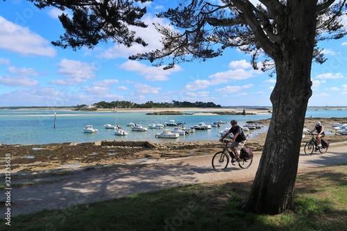 Deux cyclistes pratiquant le cyclotourisme sur une piste cyclable au bord de la Canvas Print