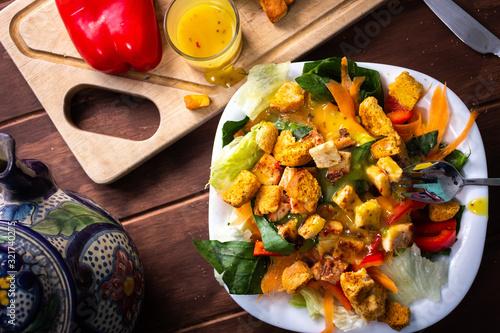 Ensalada de pollo fresca con lechuga zanahoria pimiento y espinaca en mesa de ma Wallpaper Mural