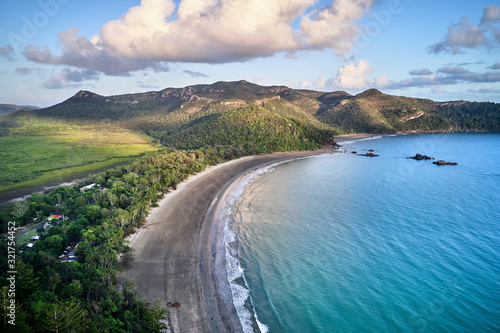 Photo Aerial drone image at sunrise over Cape Hillsborough with blue water and green r