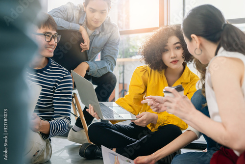 Photo Group of asian young creative happy people entrepreneur on a business meeting of