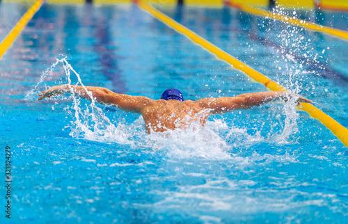 Photo butterfly stroke back man swimmer swimming in pool