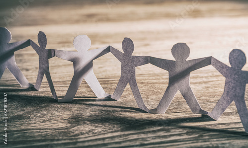 Foto Human team of paper chain people.