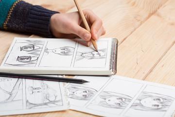 Umjetnik crta anime strip u studiju.