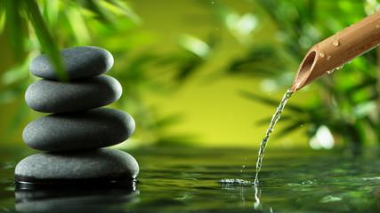 Potok vode koji istječe iz bambusove cijevi