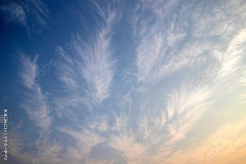 Streaky clouds in sky background, Billede på lærred