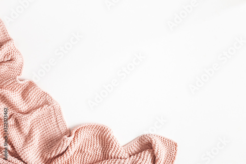 Photo Pink blanket on white background. Flat lay, top view