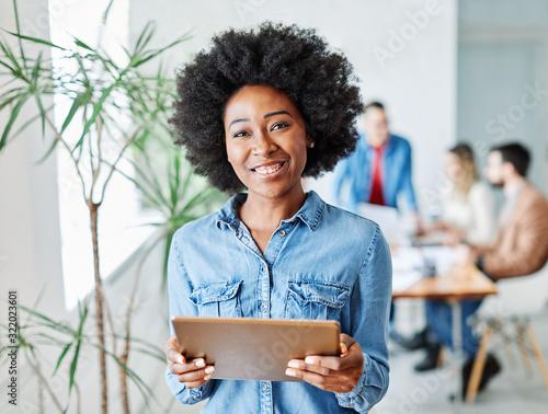 Fotomural business businesswoman leader executiv meeting office tablet smiling portrait