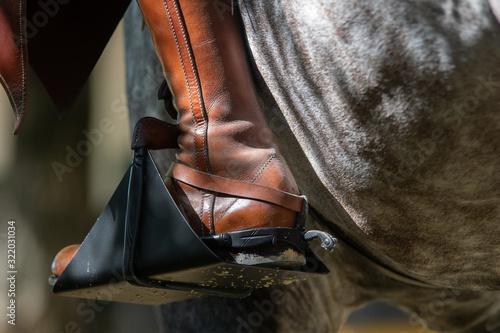 Fototapeta Detalle de una bota, espuela y estribo español obraz