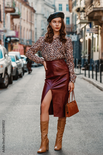 Cuadros en Lienzo Outdoor full-length fashion portrait of elegant luxury woman wearing leopard pri