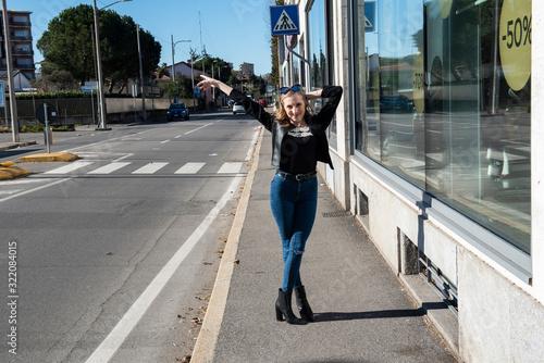bellissima ragazza in abiti casual in una giornata di sole Wallpaper Mural