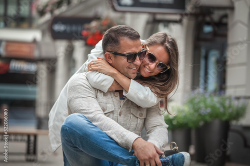 Fotomural Loving couple hug sitting on the street.