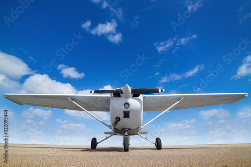 Photo white sports plane againstr a perfect blue sky