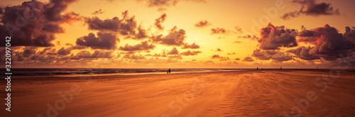 Valokuvatapetti Stimmungsvoller Sonnenuntergang in Blåvand Strand, Dänemark