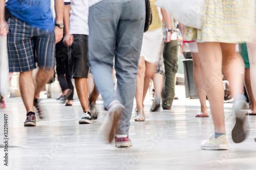 Vue de personnes marchantes dans une rue piétonne au ras du sol Fototapet