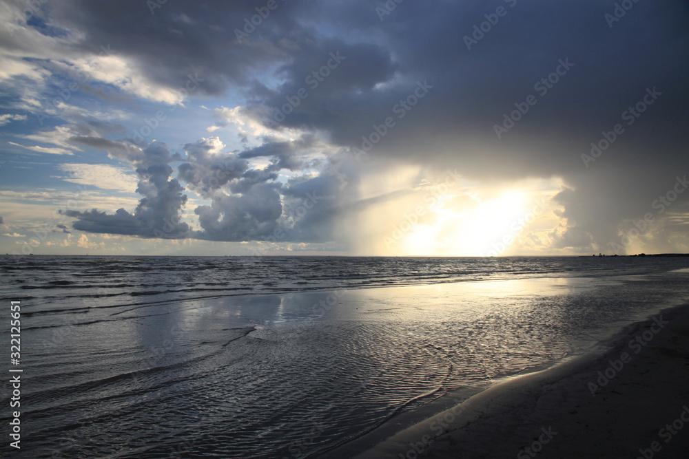 Fototapeta ekspresyjne niebo i morze w pochmurny dzień